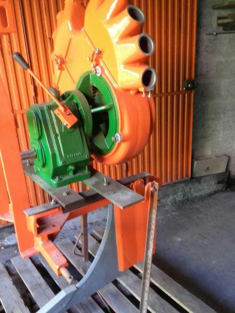 Turbina de pulverização e subsulador para adubos
