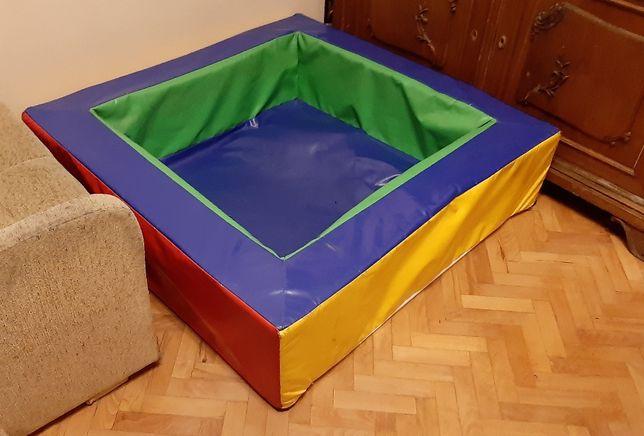 Suchy basen z piłkami dla dzieci