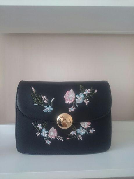 Czarna torebka z haftem floral kwiaty