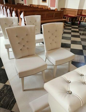 Biały dywan, biały klecznik i krzesła