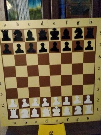 Демонстрационная доска с набором шахматных фигур
