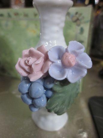Маленькая фарфоровая вазочка с лепкой