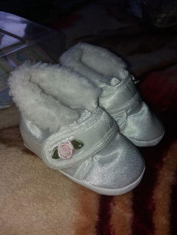 sprzedam buciki niemowlęce z kożuszkiem roz.12-wysyłka gratis