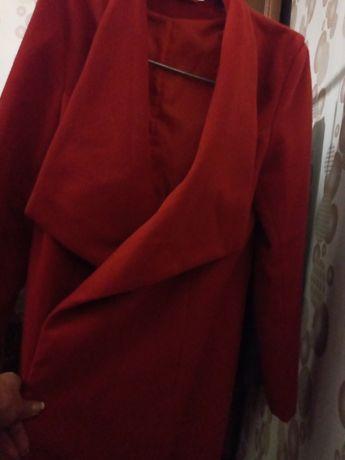 Продам пальто красного цвета