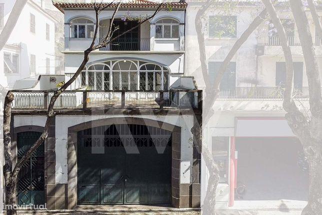 Moradia No Centro Do Funchal Com Garagem Para 15 A 20 Viaturas
