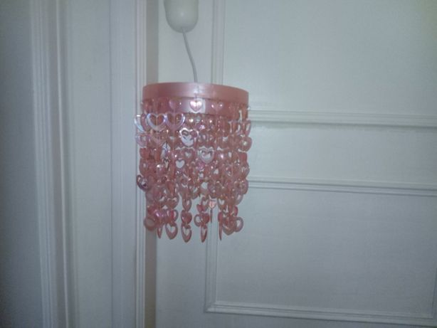 candeeiro de teto cor de rosa, ideal para quarto de criança ou jovens