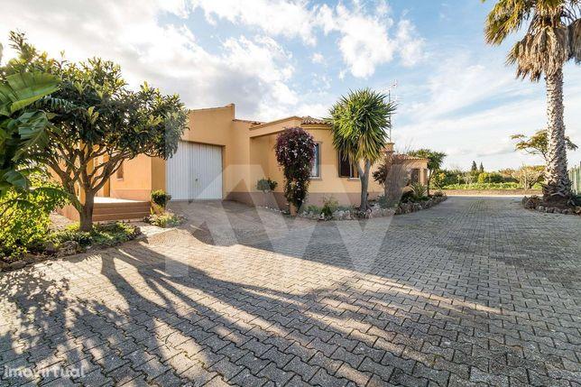 Moradia T4 isolada térrea com terreno de 10196 m2 localizada na Vila d