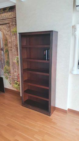 Деревяный стол и книжный шкаф