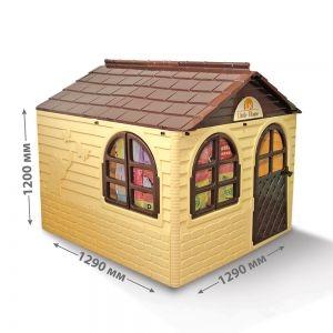 Duży domek ogrodowy z okiennicami, karniszami i zasłonami