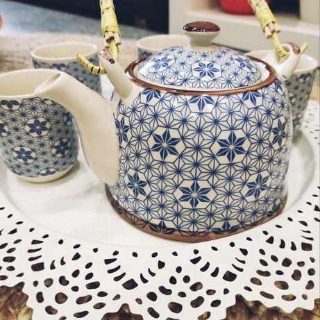 Conjunto de bule e chávenas de chá