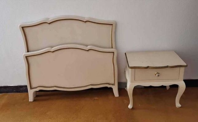 Cama e mesa de cabeceira para quarto de 1 pessoa