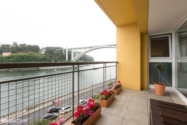 T4+1 com vistas sobre o rio Douro I Condomínio com Piscina e Ginásio