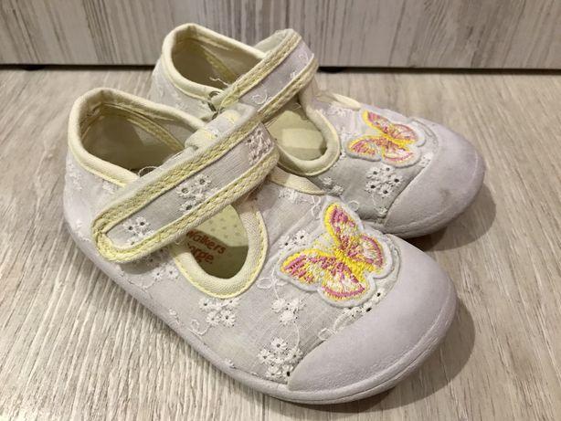 Дитяче взуття, босоніжки,кроссівки, тапочки для дівчинки.