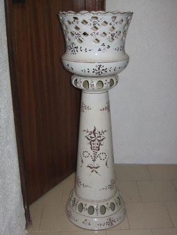 Coluna com vaso em loiça