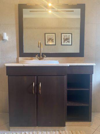 Móvel de casa de banho com espelho