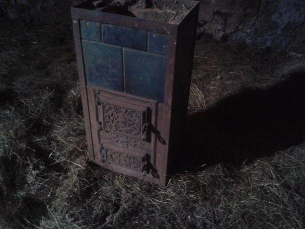Stary poniemiecki piec kaflowo-metalowy