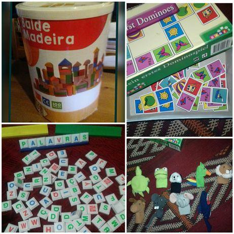 Caixa de blocos de madeira e outros jogos de aprendizagem.