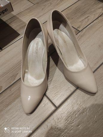Beżowe pantofle 40
