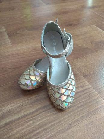 Нарядные туфельки на каблуке.