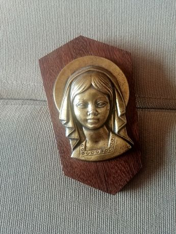Quadro de madeira e metal com figura religiosa em alto-relevo