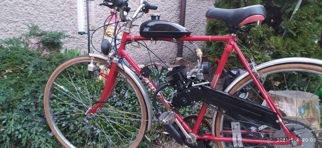 Rower szosowy z silnikiem spalinowym.