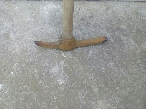 Кирка строительная с деревянной ручкой