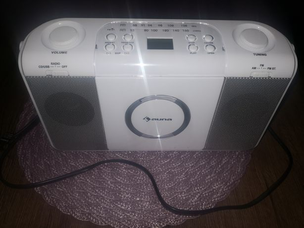 Nowoczesne białe przenosne radio