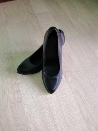 Нові шкіряні туфлі лодочки