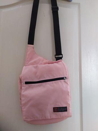 Różowa torebka sportowa.