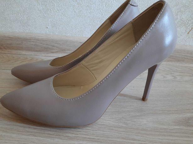 Новые фирменные туфли на шпильке