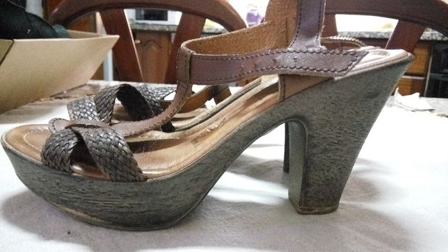Sandálias castanhas de pele