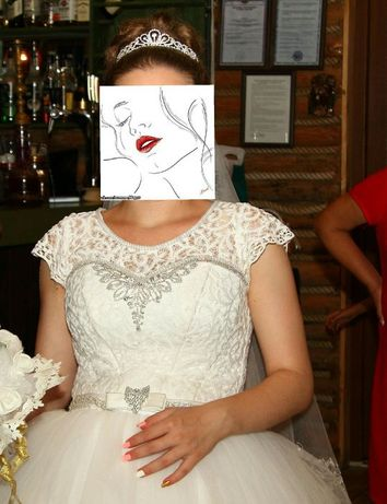Свадебное платье, бутоньерки, подушечка для колец, лента на машину