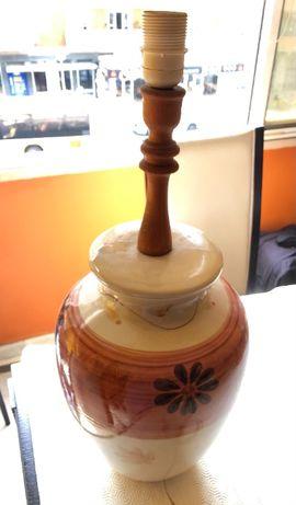 Candeeiro em cerâmica - 25cm diâmetro x 62cm altura c pé em madeira. P