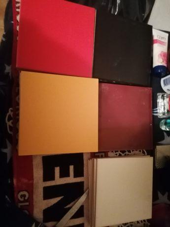 Azulejo preto, branco, vermelho, amarelo