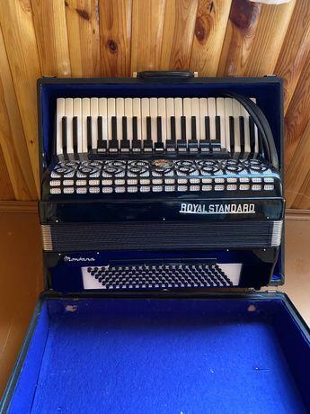 Продам аккордеон Royal Standard