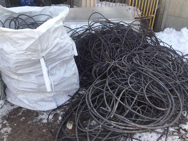 Skup kabli elektrycznych miedzianych, w otulinie, w izolacji.