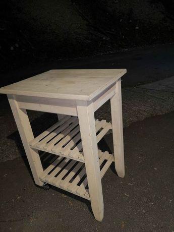 Drewniana wyspa, stolik