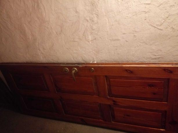 Drzwi drewniane z zamkiem