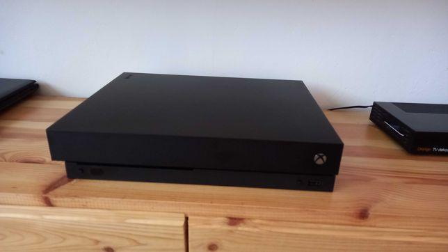 Xbox One X 1TB + pad + gry