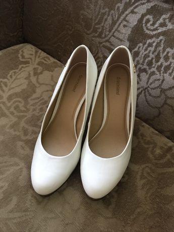 Белые туфли в идеальном состоянии