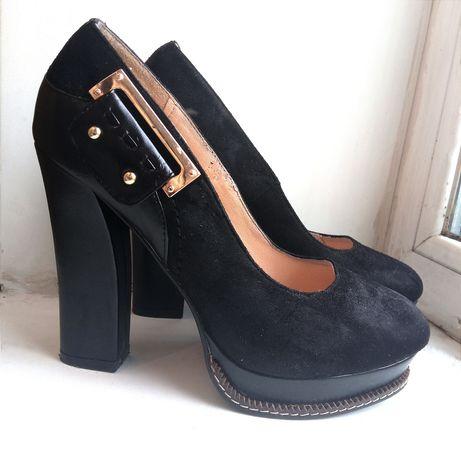 Чорні туфлі на високих підборах