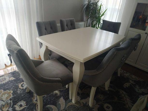 Krzesła tapicerowane z kołatką