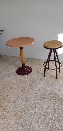 Mesa e banco alto em metal