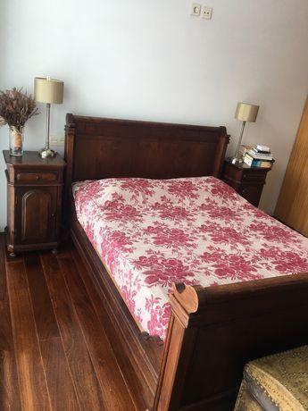 Cama e mesas de cabeceira em castanho