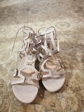 Beżowe sandały 36