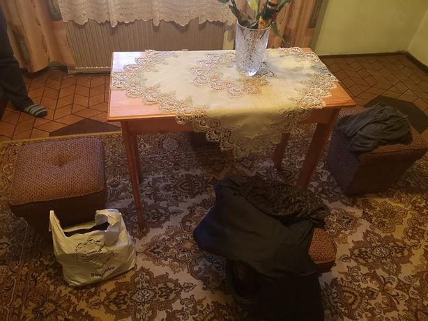 Stół i 4 pufy
