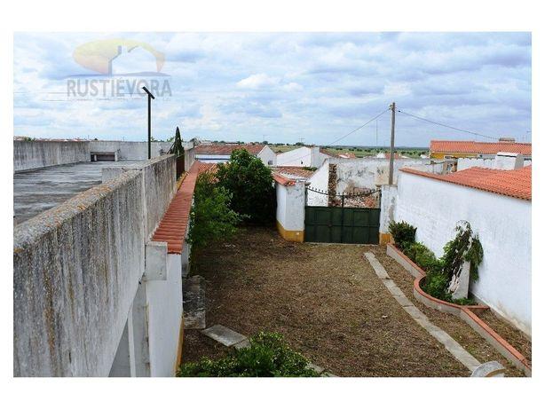 Duas moradias geminadas com grande quintal, anexo e terraço.
