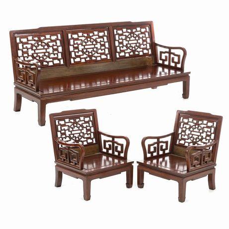 Canapé com dois cadeirões chineses