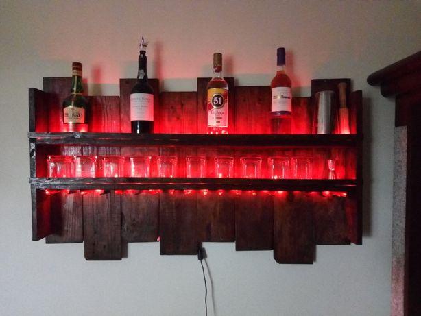 Garrafeira em madeira com luz led oferta de frape e 8 copos