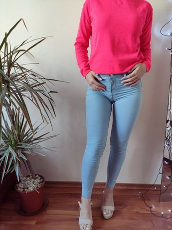 Jasnoniebieskie spodnie jegginsy Sinsay jeansowe spodnie rurki